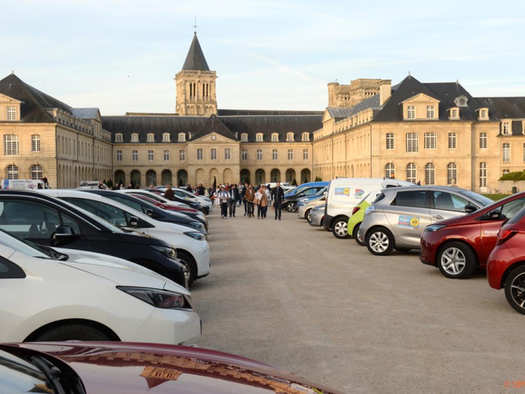 Les véhicules du Rallye des Marins d'eau douce au départ de l'Abbaye aux Dames