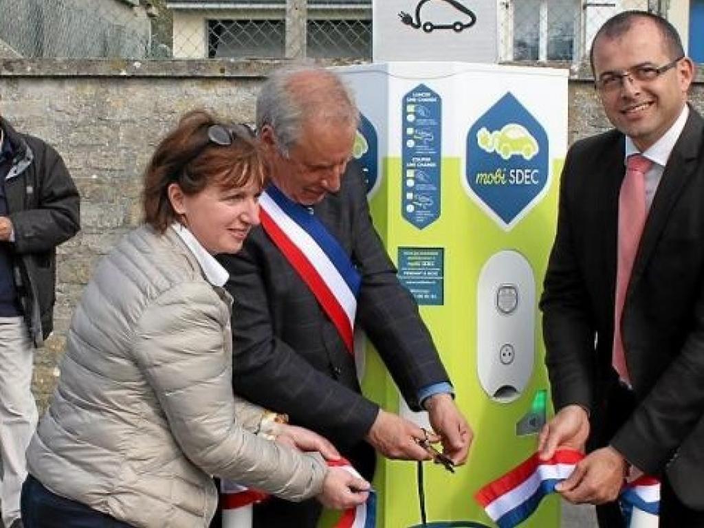 Inauguration de la borne de recharge MobiSDEC à Vierville-sur-Mer