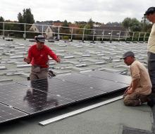 ENR - CDC COEUR DE NACRE : Des panneaux solaires sur la piscine à Douvres-la-Délivrande (source SDEC ENERGIE)